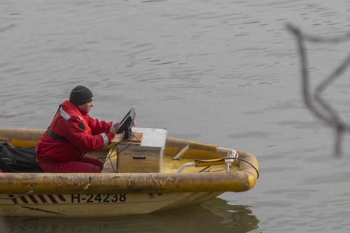 A Szegedi Vízimentő és Tűzoltó Szakszolgálat önkéntese eltűntek után kutat a Tiszán Röszke közelében 2020. január 18-án.