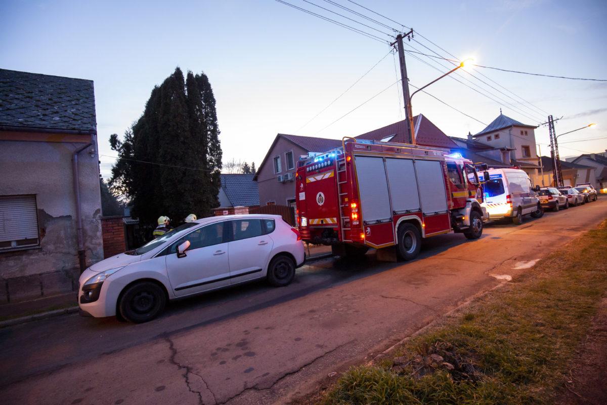 Tűzoltók és rendőrök egy családi ház előtt a nagykanizsai Rákóczi utcában 2020. január 7-én, miután az épületben feltehetően füstgázmérgezésben hárman meghaltak.