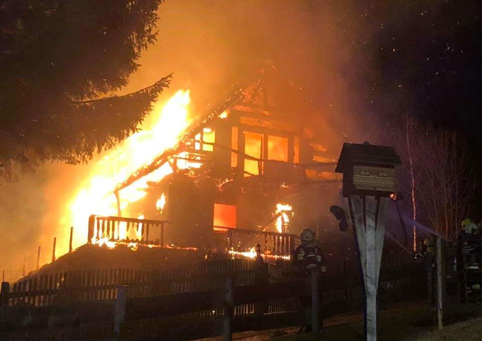 A lángokban álló ház.
