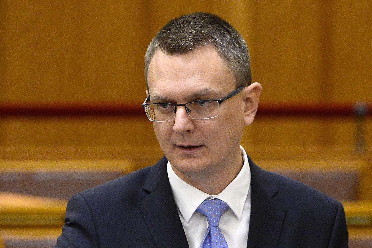 Rétvári Bence, az Emberi Erőforrások Minisztériumának (Emmi) parlamenti államtitkára napirend előtti felszólalásra válaszol az Országgyűlés plenáris ülésén 2019. december 9-én.