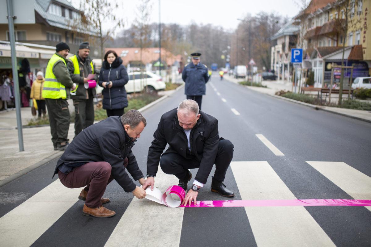 Révész Máriusz, az aktív Magyarországért felelős kormánybiztos (b) és Papp Gábor polgármester kijelöli a májusban Magyarországról rajtoló Giro d'Italia kerékpáros körverseny részhajrájának célvonalát Hévízen 2020. január 22-én.