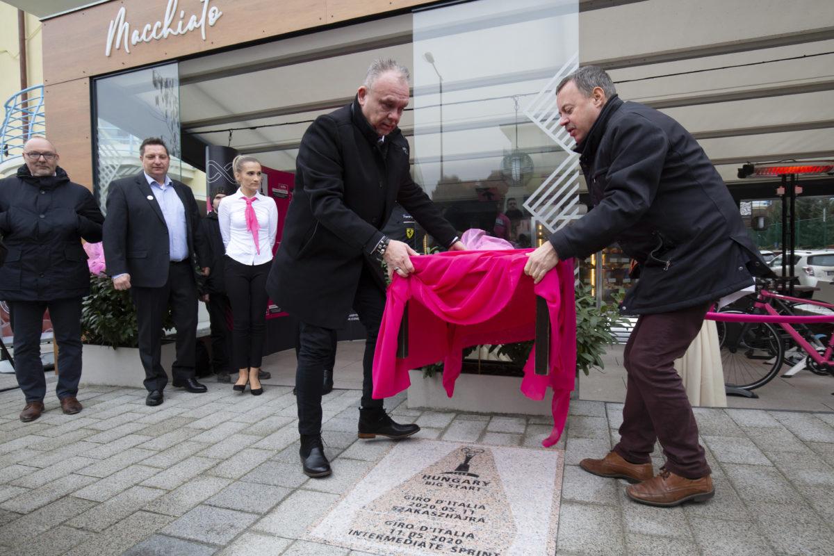 Révész Máriusz, az aktív Magyarországért felelős kormánybiztos (j) és Papp Gábor polgármester, leleplezi a májusban Magyarországról rajtoló Giro d'Italia kerékpáros körverseny részhajrájának emlékkövét Hévízen 2020. január 22-én.