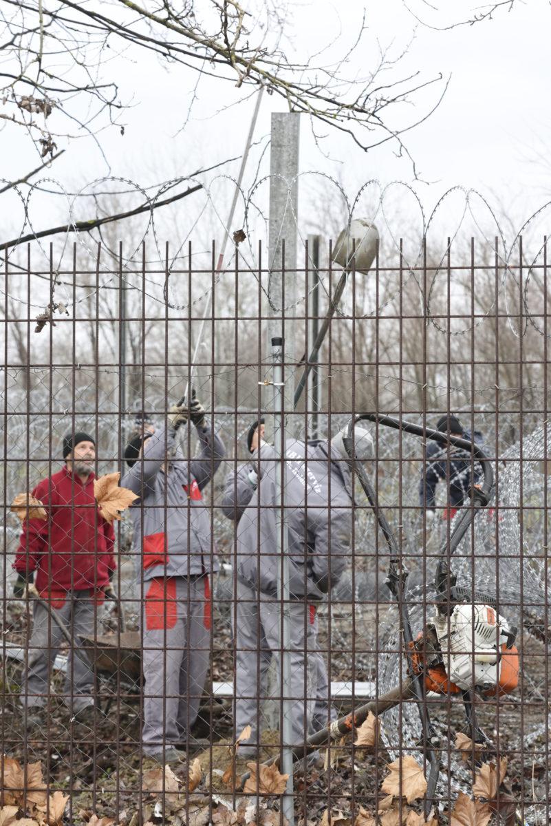 A BV Holding Kft. munkatársai kerítést építenek a drótakadály helyett 2020. január 28-án a röszkei közúti határátkelőhely mellett, a szerb-magyar határ azon szakaszán, ahol erre korábban egy távközlési kábel miatt nem volt lehetőség.