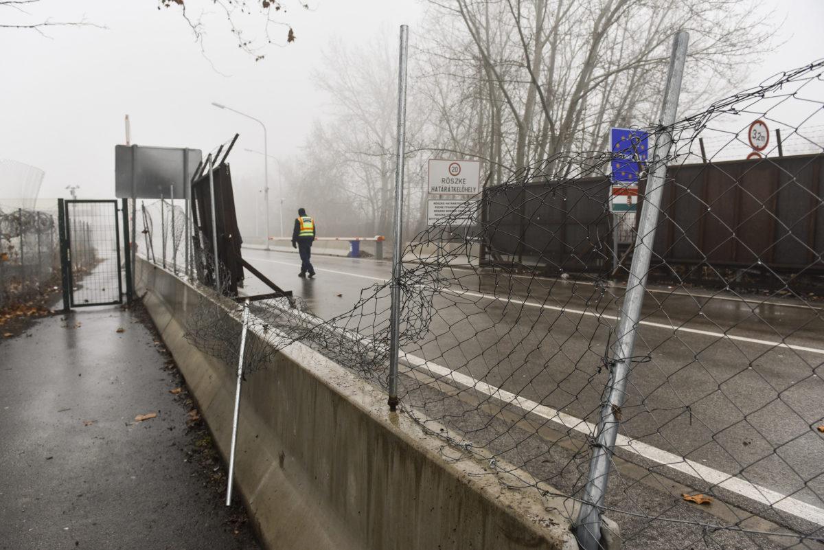 Megrongált kerítés a Horgos és Röszke közötti határátkelőnél, a szerb-magyar határon 2020. január 28-án.