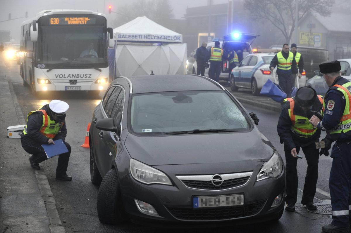 Rendőrök helyszínelnek egy autó mellett Soroksáron, a Grassalkovich úton 2020. január 17-én, miután a járművel halálra gázoltak egy 68 éves nőt.