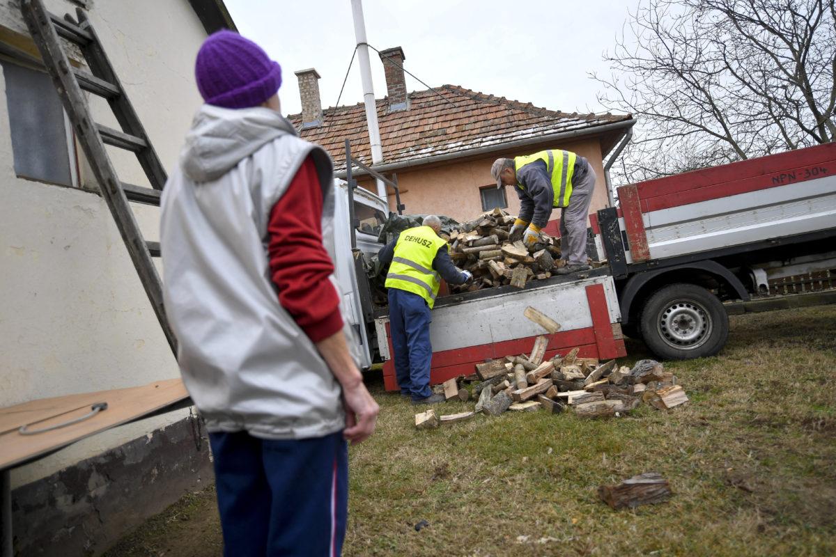 Tűzifát osztanak egy rászorulónak Debrecen józsai városrészében 2020. január 20-án.