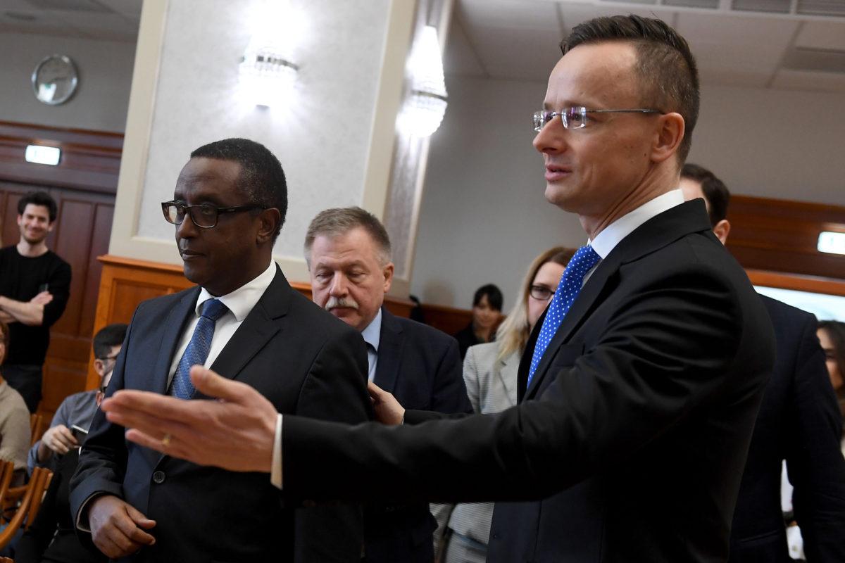 Szijjártó Péter külgazdasági és külügyminiszter (j) és Vincent Biruta, a Ruandai Köztársaság külügyekért és nemzetközi együttműködésért felelős minisztere megérkezik megbeszélésük után az átfogó stratégiai fejlesztési együttműködési megállapodás aláírására és közös sajtótájékoztatójukra a Külgazdasági és Külügyminisztériumban 2020. február 13-án.