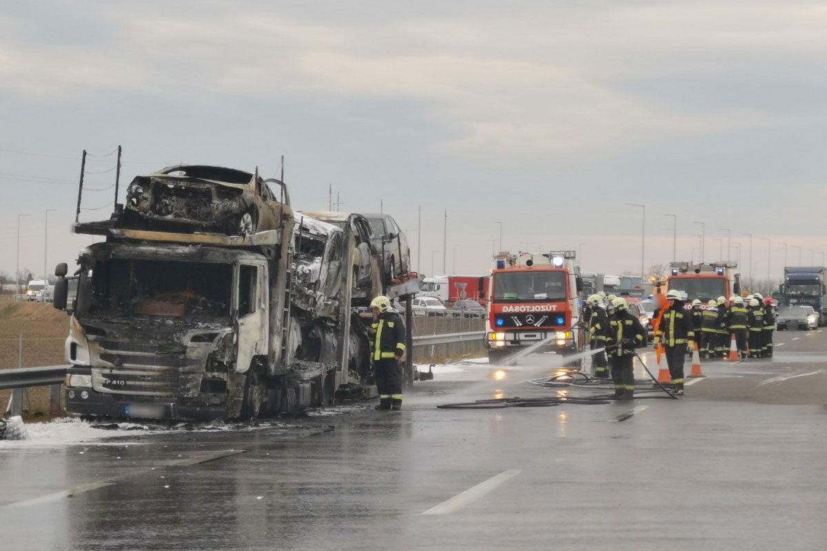 A kiégett autószállító az M86-os autóúton hétfő reggel.