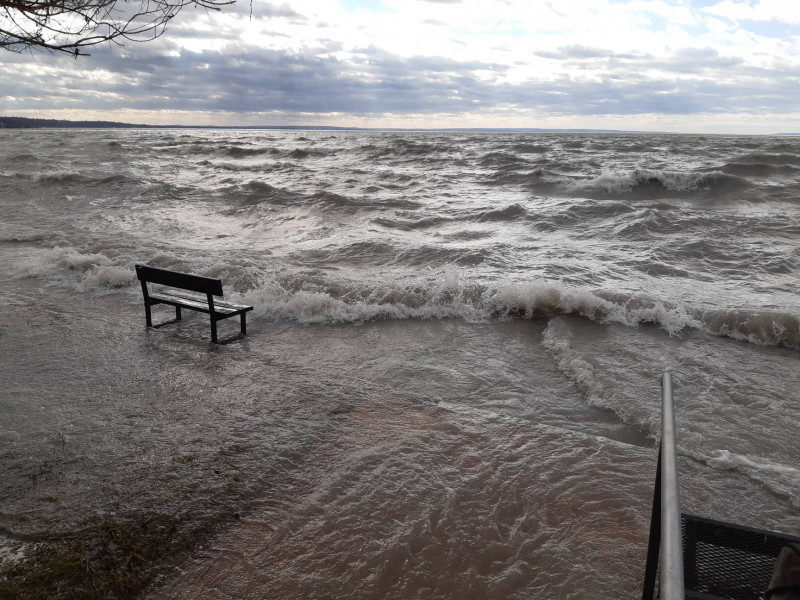 Kiöntött a Balaton a viharos szél miatt.