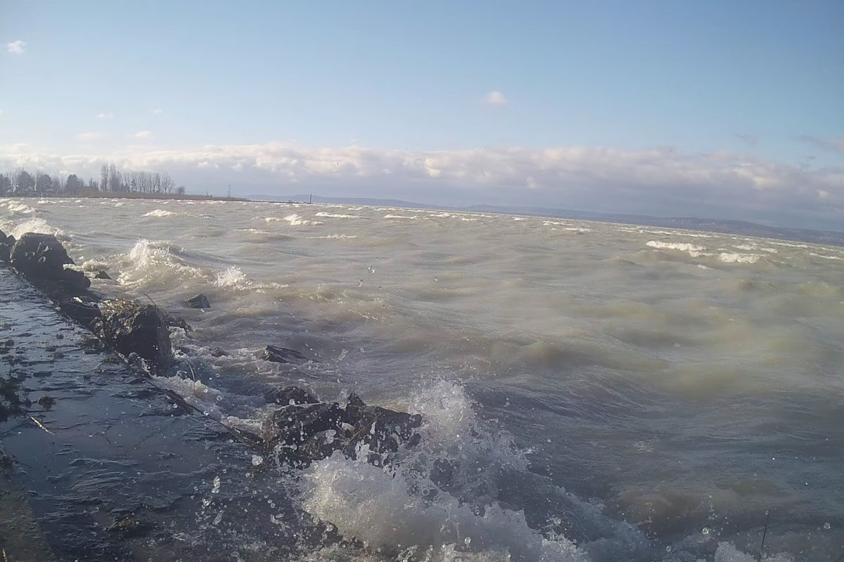 Kiöntött a Balaton a viharos szél miatt