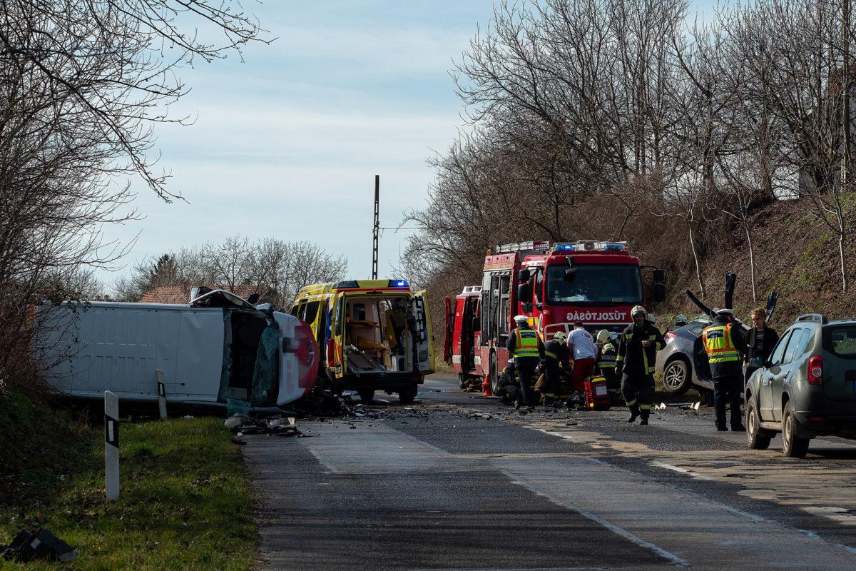 Tűzoltók, rendőrök és mentők dolgoznak egy összeroncsolódott személyautó és egy oldalára dőlt kisteherautó mellett az 54-es főúton Sükösd térségében 2020. február 13-án, miután két a jármű összeütközött.