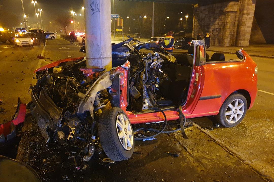 Tizenéves fiatalok ültek a Váci úton rommá tört autóban