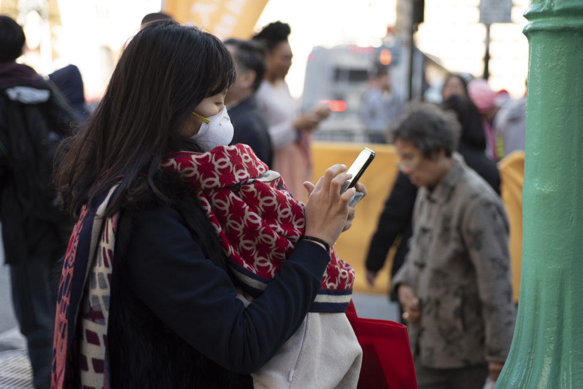 Maszkot viselő nő San Francisco Chinatown  negyedében, 2020. február 8-án.