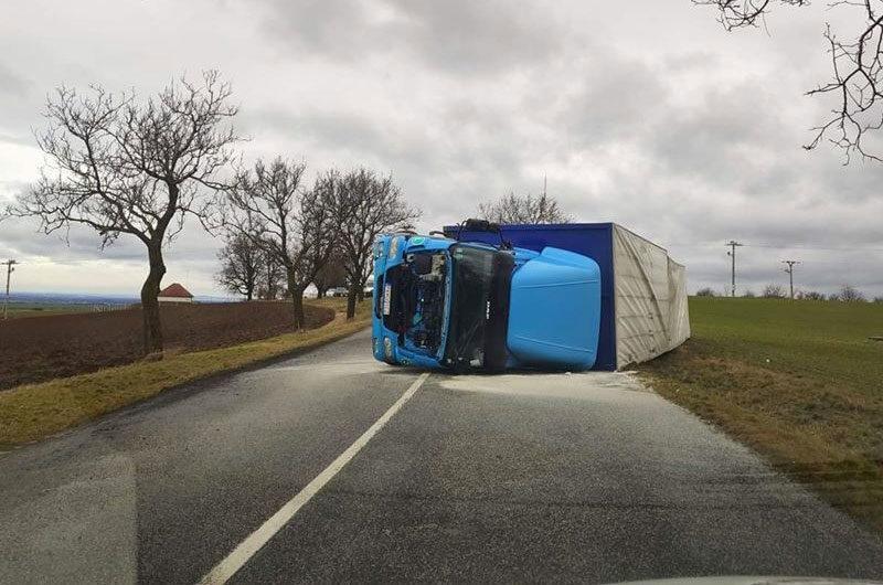 Kamionokat borított fel a szélvihar Szlovákiában; Ausztriában tízezer háztartás maradt áram nélkül