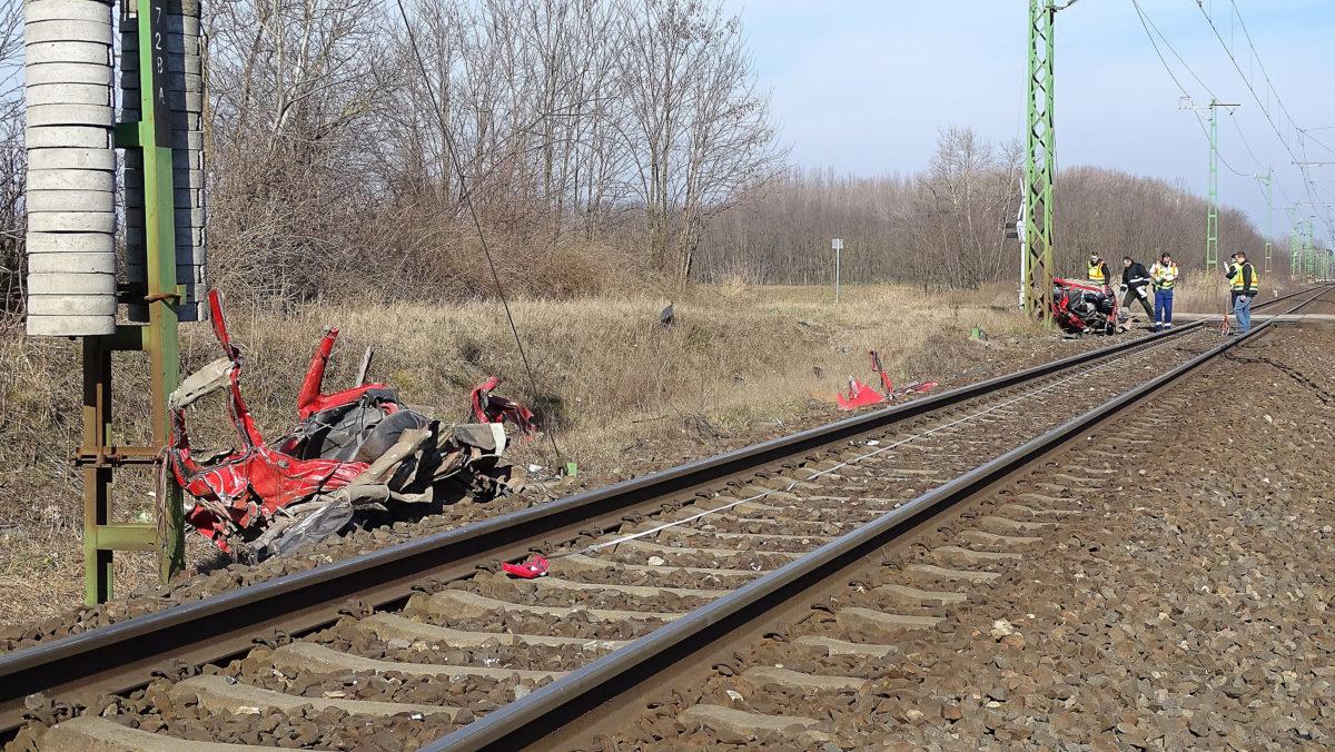 Vonattal ütközött személygépkocsi kettészakadt maradványai egy kecskeméti vasúti átkelőhelynél 2020. február 16-án. Az autó két utasa a helyszínen életét vesztette.