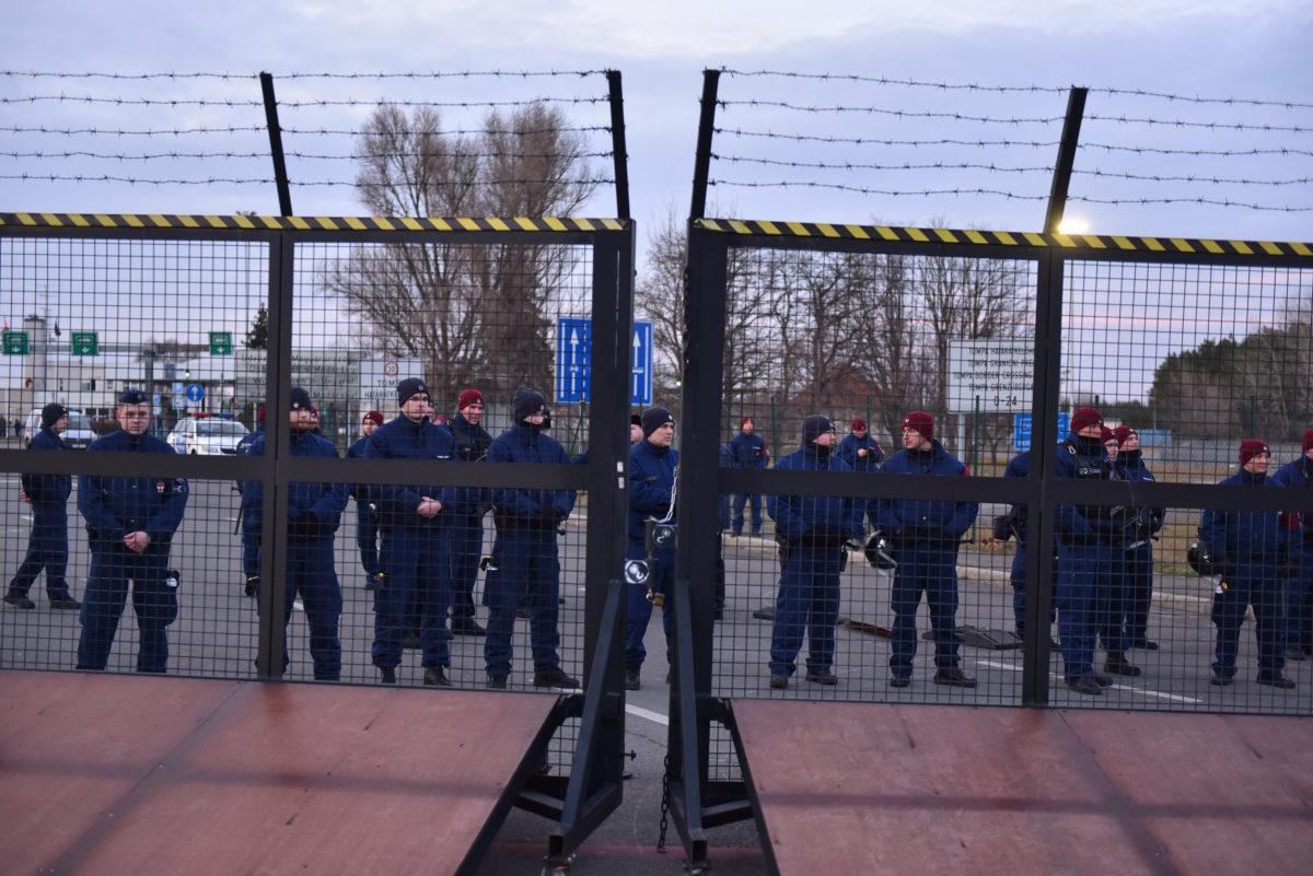 Magyar rendőrök a Tompa-Kelebia határátkelő magyar oldalán 2020. február 6-án, miután a Szerbiából, a vajdasági Szabadkáról indult migránsmenet elérte a magyar határt a vajdasági Kelebiánál.