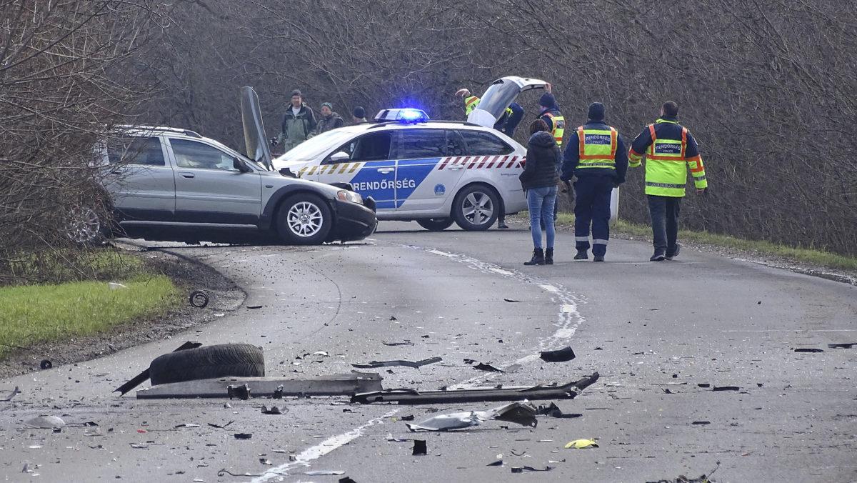 Rendőrségi helyszínelés Hódmezővásárhely és Szikáncs között, ahol összeütközött egy személygépkocsi és egy motorkerékpár 2020. február 15-én.