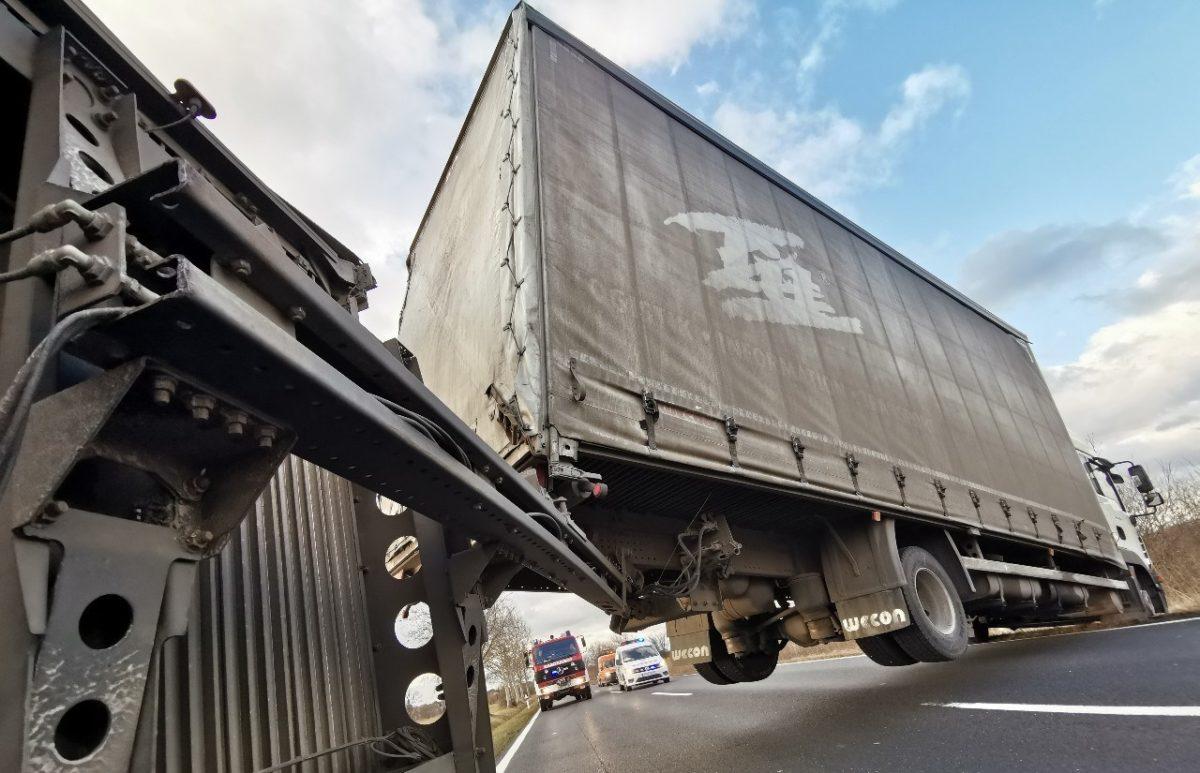 Felborult egy kamion pótkocsija a viharos szél miatt a 84-esen.