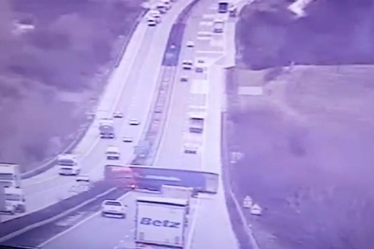 Videón az M1-esen történt hétfői kamionbaleset