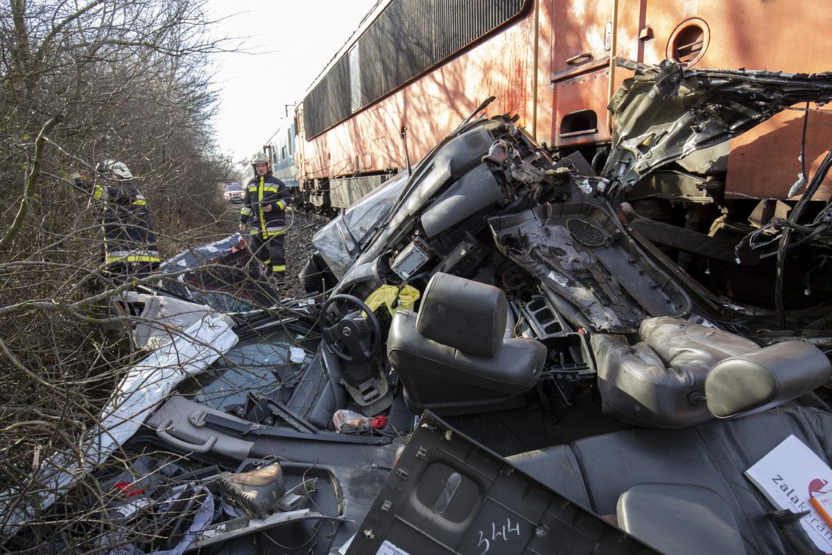 Összeroncsolódott terepjáró, miután személyvonattal ütközött a Nagykanizsa-Murakeresztúr közötti vasúti vonal fénysorompós kereszteződésében 2020. február 13-án.