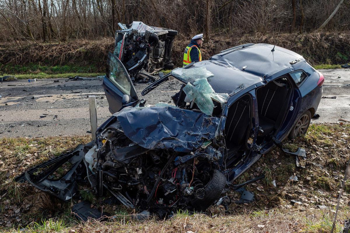 Rendőr helyszínel egy összeroncsolódott személyautó mellett az 54-es főúton Sükösd térségében 2020. február 13-án, miután a jármű összeütközött egy kisteherautóval.