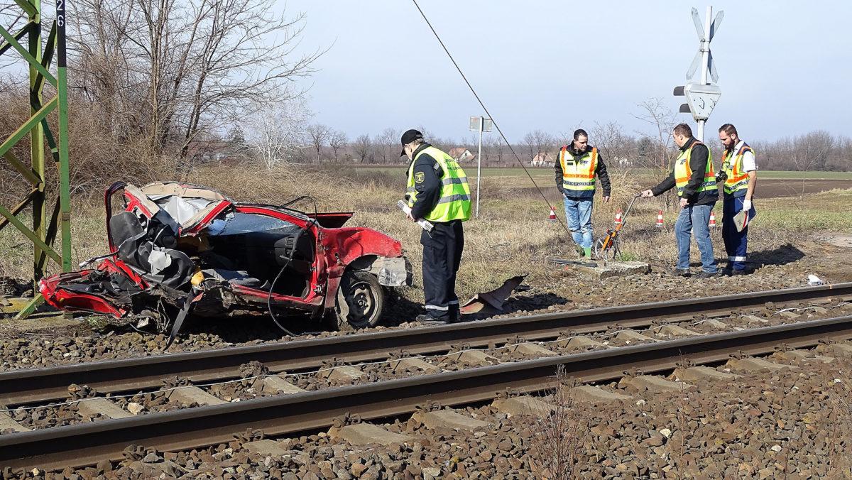 Helyszínelők egy kecskeméti vasúti átjáróban, ahol kettészakadt egy személygépkocsi, amikor összeütközött egy vonattal 2020. február 16-án. Az autó két utasa a helyszínen életét vesztette.