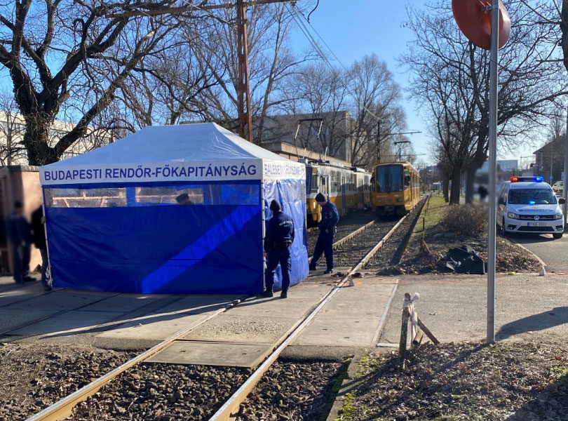 Helyszínelők dolgoznak a szerda reggeli halálos balesetnél a főváros X. kerületében, a Kőbányai úton.