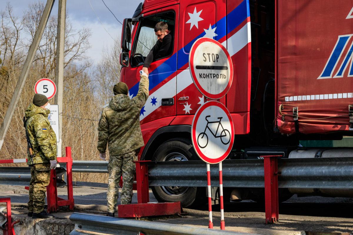 Védőmaszkot viselő ukrán határőrök mérik egy belépő gépkocsivezető testhőmérsékletét a Csaphoz közeli Tisza közúti határátkelőn, az ukrán-magyar határon 2020. február 25-én. Ukrajna is készenléti állapot vezetett be a tüdőgyulladást okozó új koronavírus-járvány elkerülésére az olaszországi fertőzések miatt. A határokon fokozott ellenőrzésnek vetik alá azokat, akik Olaszországból érkeznek.