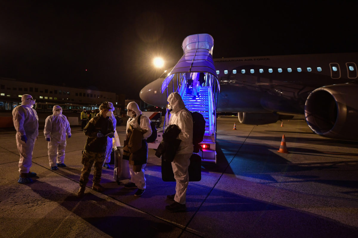 A Honvédelmi Minisztérium (HM) által közreadott képen a koronavírus-járvány sújtotta kínai Vuhanból hazatérő magyarok Budapestre érkeznek a Magyar Honvédség repülőgépével 2020. február 2-án.
