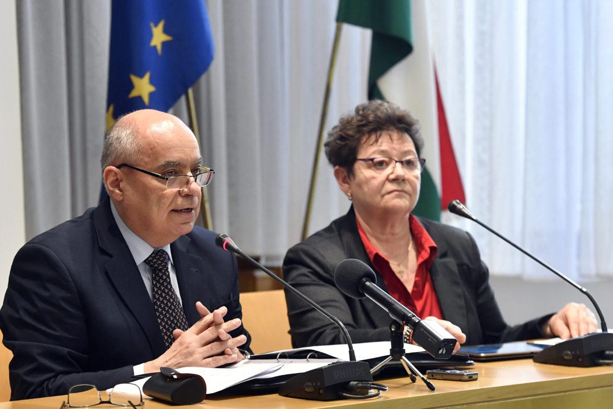 Papp Károly, a Belügyminisztérium közbiztonsági főigazgatója és Müller Cecília országos tisztifőorvos a koronavírus-fertőzés elleni védekezésért felelős operatív törzs ülése után a Belügyminisztériumban tartott sajtótájékoztatón 2020. február 24-én.