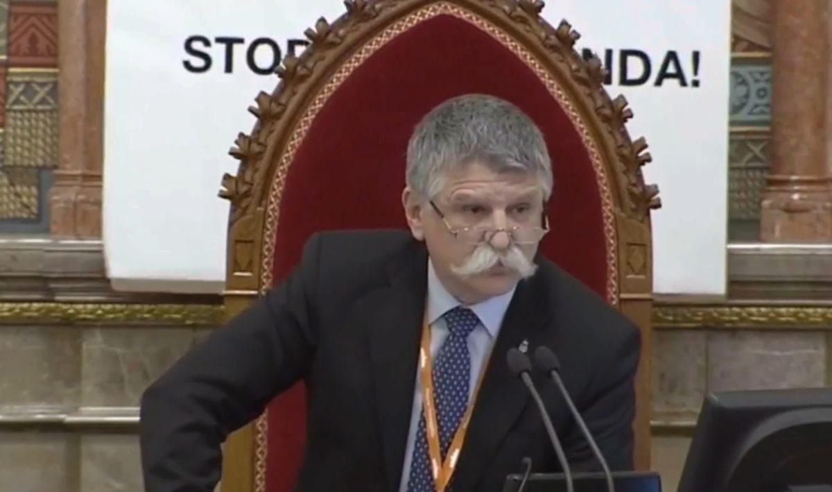 Molinót lógatott Kövér László mögé Hadházy Ákos a Parlamentben