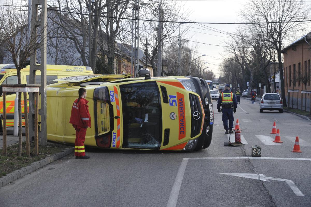 Oldalára borult mentőautó XX. kerületben, a Nagysándor József utca és a Mártírok útja kereszteződésében 2020. február 27-én.