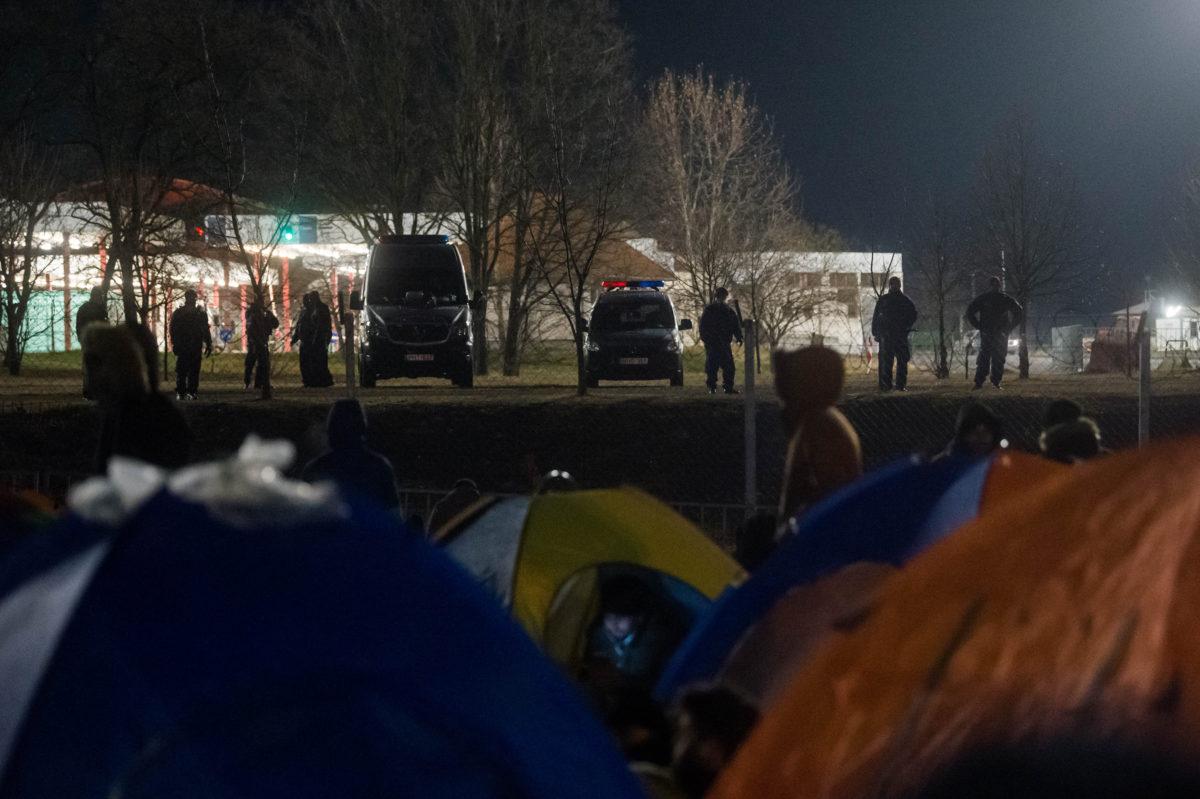 A Szerbiából, a vajdasági Szabadkáról indult migránsmenet tagjai pihennek a Kelebia-Tompa határátkelő szerbiai oldalánál 2020. február 6-án.