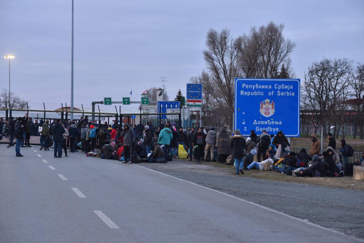 A Szerbiából, a vajdasági Szabadkáról indult migránsmenet tagjai a Kelebia-Tompa határátkelő szerbiai oldalán 2020. február 6-án.
