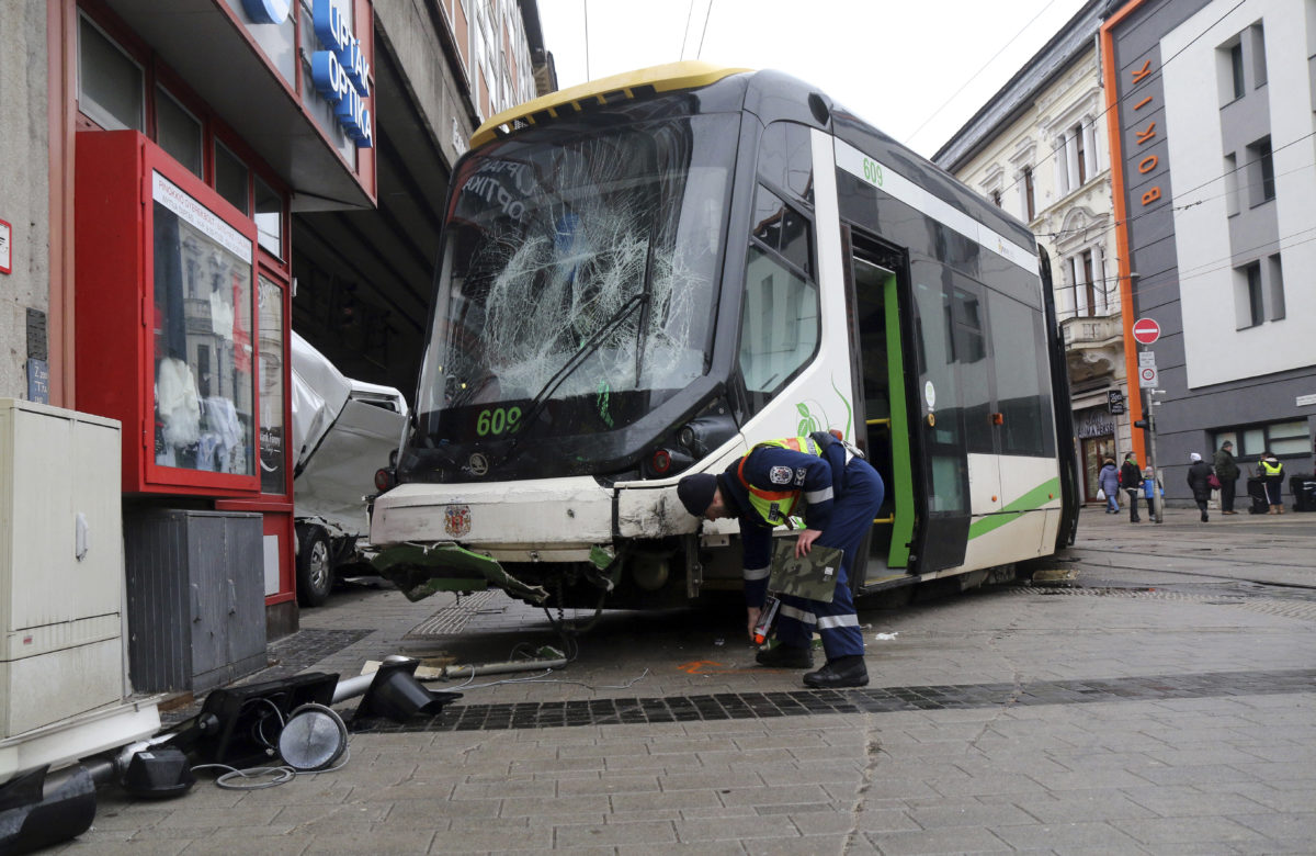 Rendőr helyszínel kisiklott villamosnál Miskolcon 2020. február 28-án.
