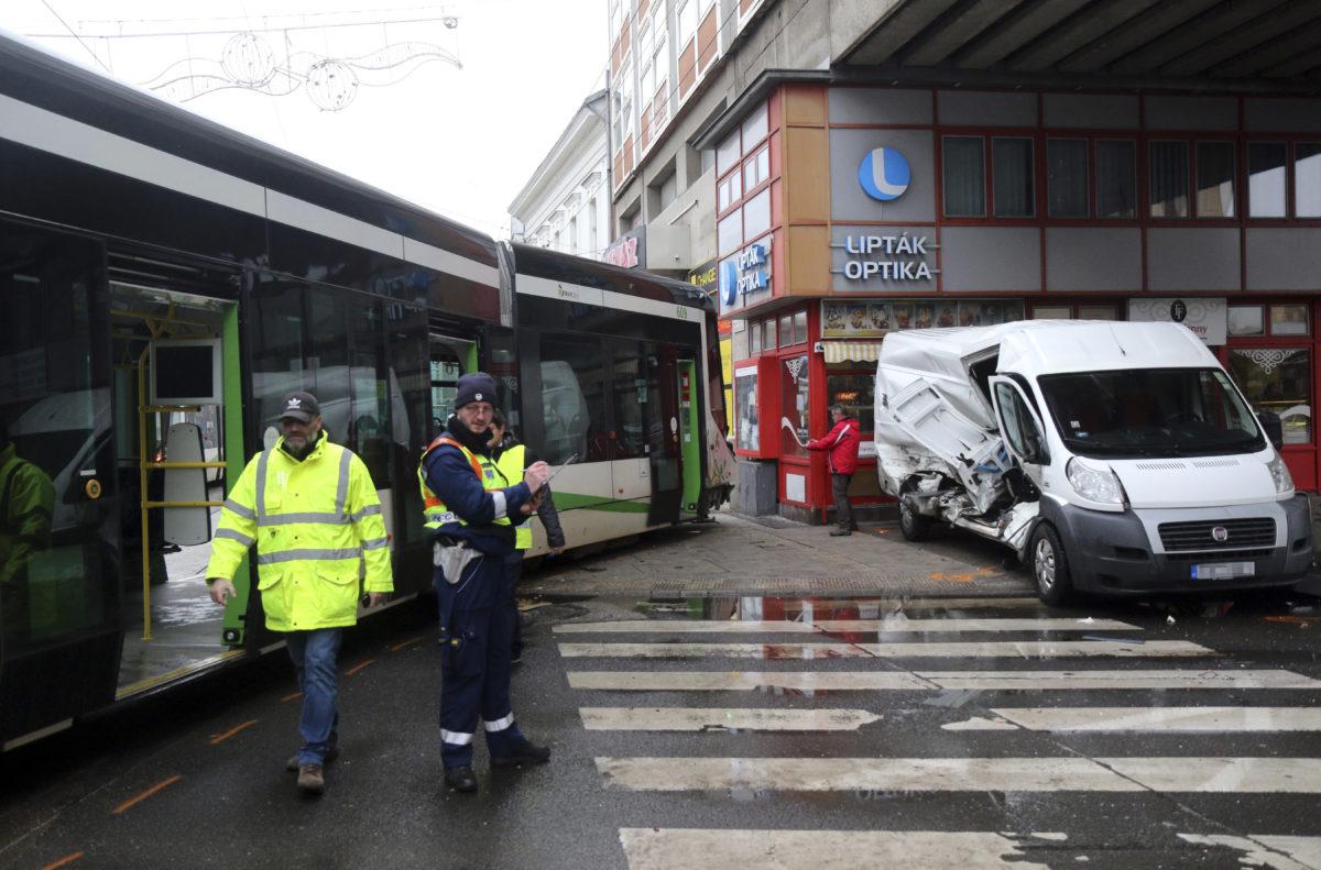 Rendőr helyszínel Miskolcon, a Széchenyi és a Corvin utca kereszteződésében, ahol kisiklott egy villamos, miután kisteherautóval (j) ütközött 2020. február 28-án.