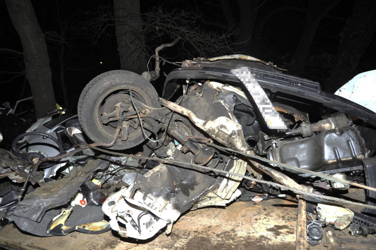 Ütközésben darabokra szakadt személygépkocsi roncsa Monorierdő belterületén, a 4-es főút 41-es kilométerénél 2020. február 17-én. Az autó egy fának csapódott, a vezetője a helyszínen meghalt.
