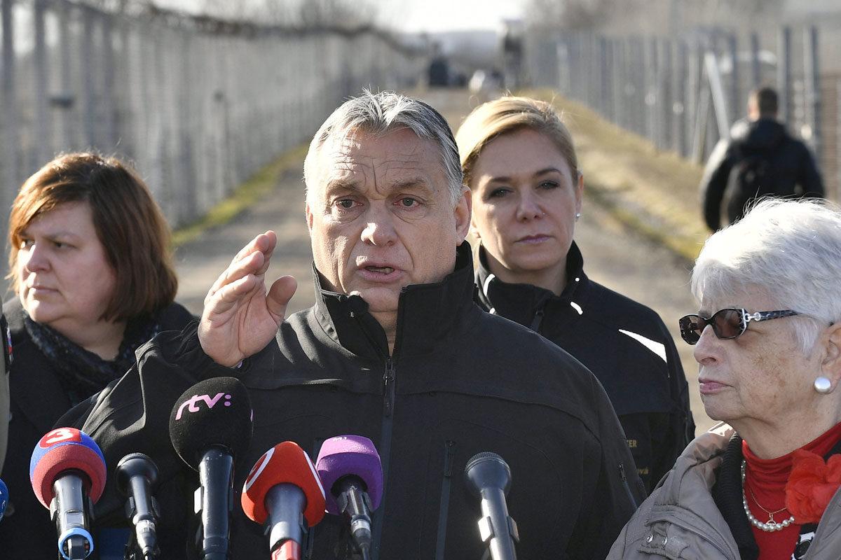 Orbán Viktor miniszterelnök (k) és Peter Pellegrini szlovák kormányfő (b), valamint Pintér Sándor magyar (j) és Denisa Saková szlovák belügyminiszter (j3) sajtótájékoztatót tart a röszkei tranzitzónában tett látogatásuk során 2020. február 13-án.
