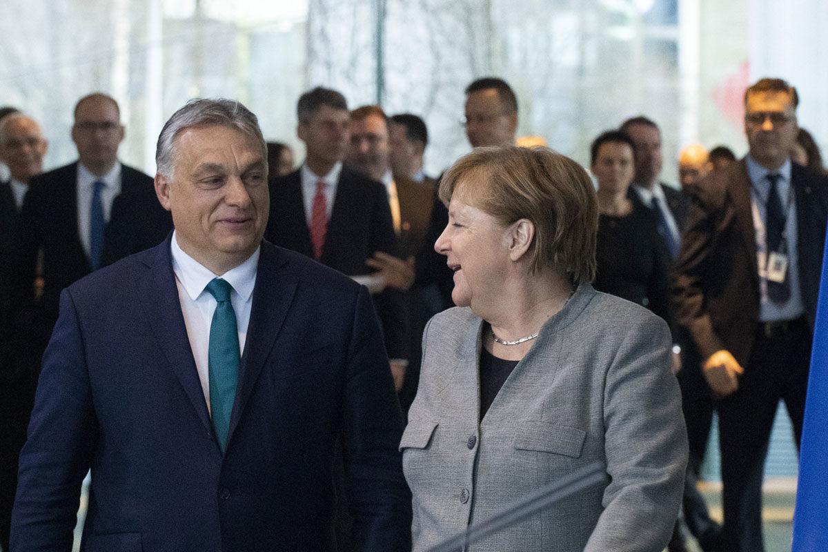 Angela Merkel német kancellár (j) hivatalában fogadja Orbán Viktor miniszterelnököt Berlinben 2020. február 10-én.
