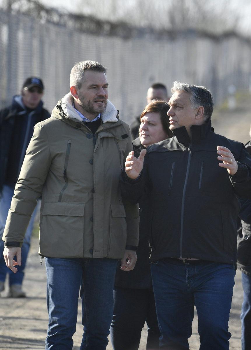 Orbán Viktor miniszterelnök (j) és Peter Pellegrini szlovák kormányfő beszélget a röszkei tranzitzónában tett látogatásuk során 2020. február 13-án.