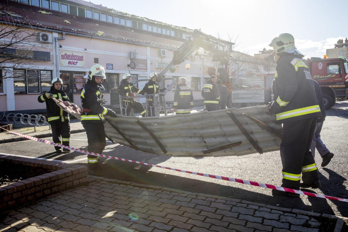 Tűzoltók dolgoznak az orosházi vásárcsarnoknál 2020. február 11-én.
