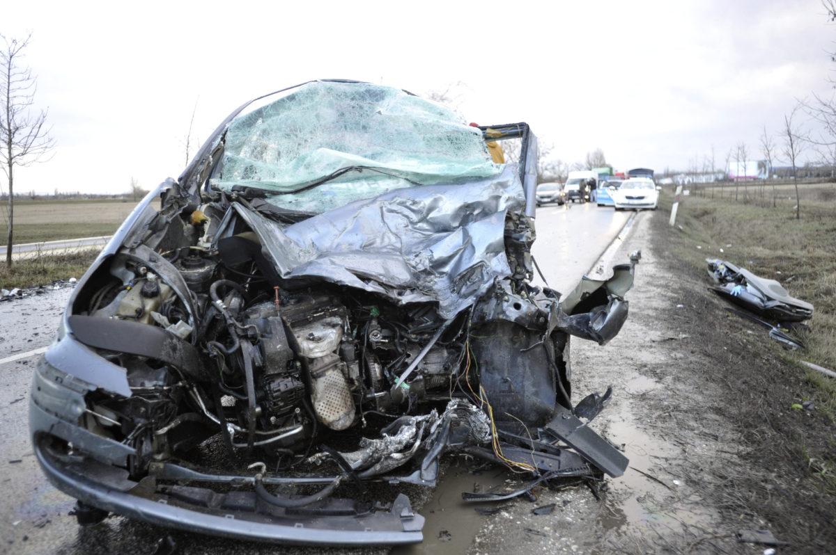 Összeroncsolódott személyautó az 1112-es út 1-es kilométerénél, Pomáz és Szentendre között 2020. február 11-én, miután a jármű összeütközött egy teherautóval.