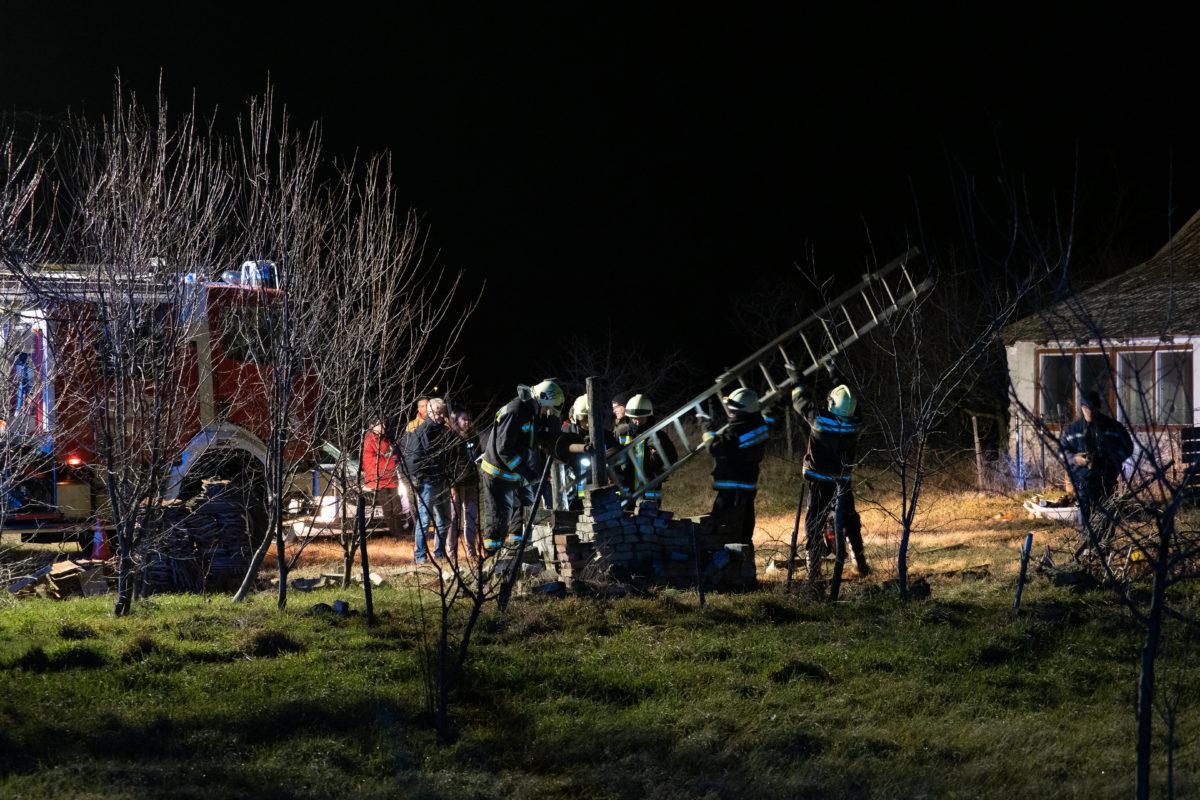 Bűnügyi helyszínelők és tűzoltók dolgoznak egy Kiskunmajsához közeli lakatlan tanya udvarán, egy kútnál 2020. február 21-én.