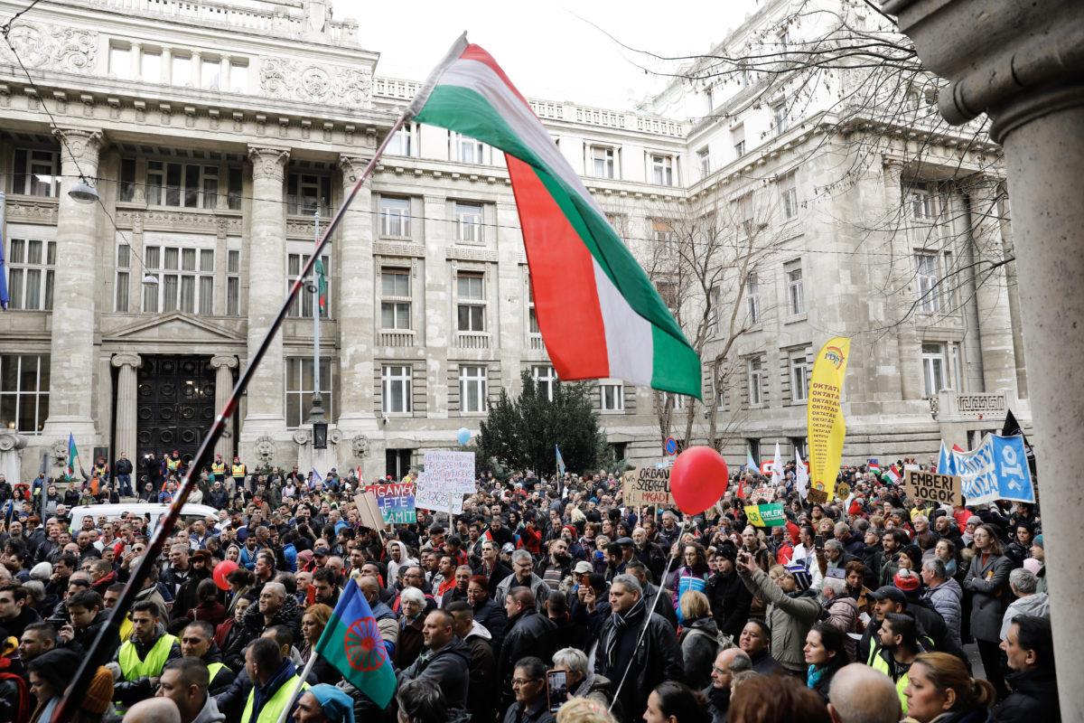 A Szabad bíróság! Szabad Gyöngyöspata! vonulós tüntetés résztvevői a Kúria épülete előtt 2020. február 23-án. A demonstrációt a Szabad Bíróság Szabad Gyöngyöspata, az Amnesty International Magyarország, a TASZ, az 1 Magyarország Kezdeményezés, a Szociális Csomagküldő Mozgalom (Szocsoma), az Idetartozunk Egyesület és a Főnix Mozgalom szervezte.