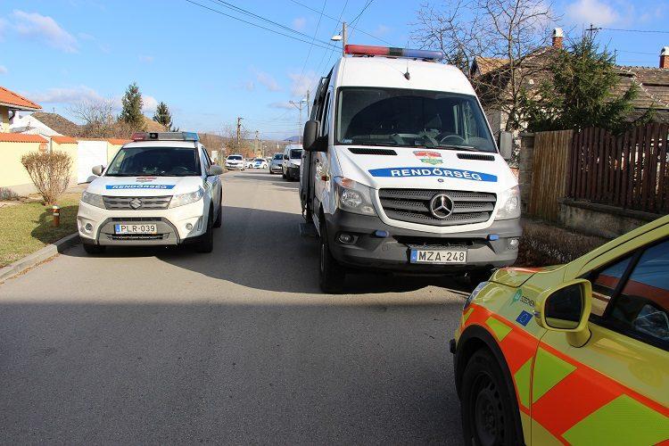 Rendőrautók és mentőorvos a tatabányai gyerekgyilkosság helyszínén.