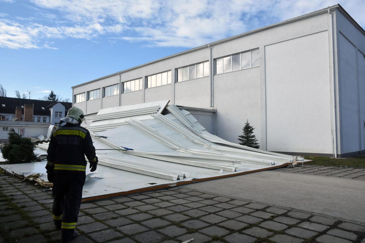 A sportcsarnok leszakadt teteje Törökszentmiklóson, az Almásy úton 2020. február 5-én.