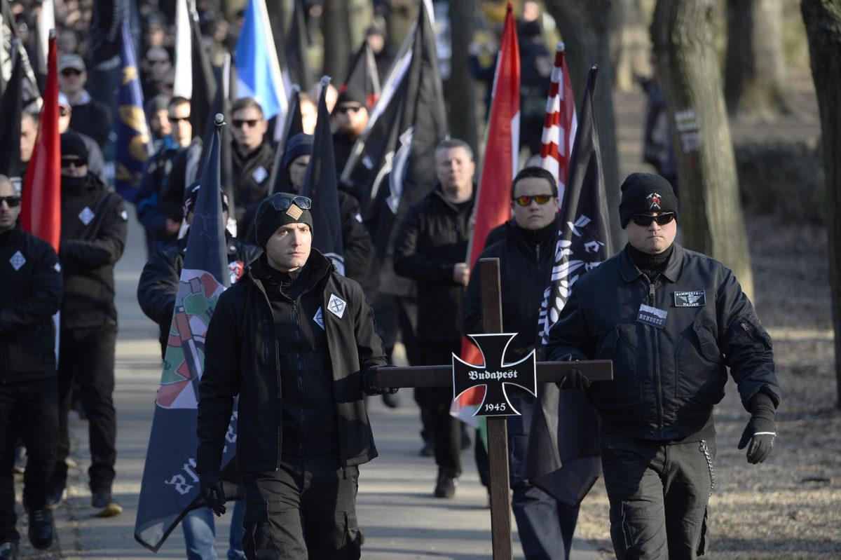 """Szélsőjobboldali szervezetek 2020. február 8-án a Városmajorban """"Becsület napja"""" elnevezéssel azokra a katonákra és civilekre emlékeznek, akik Budapest 1945-ös ostrománál február 11-én megkíséreltek kitörni a szovjet csapatok által körülzárt budai Várból. A megemlékezést, amelyen mintegy ötszázan vettek részt, a Légió Hungária és a Hungarian Hammerskins nevű szervezetek rendezték. A megemlékezés ellen - ugyancsak mintegy ötszáz - antifasiszta tüntető tiltakozott."""
