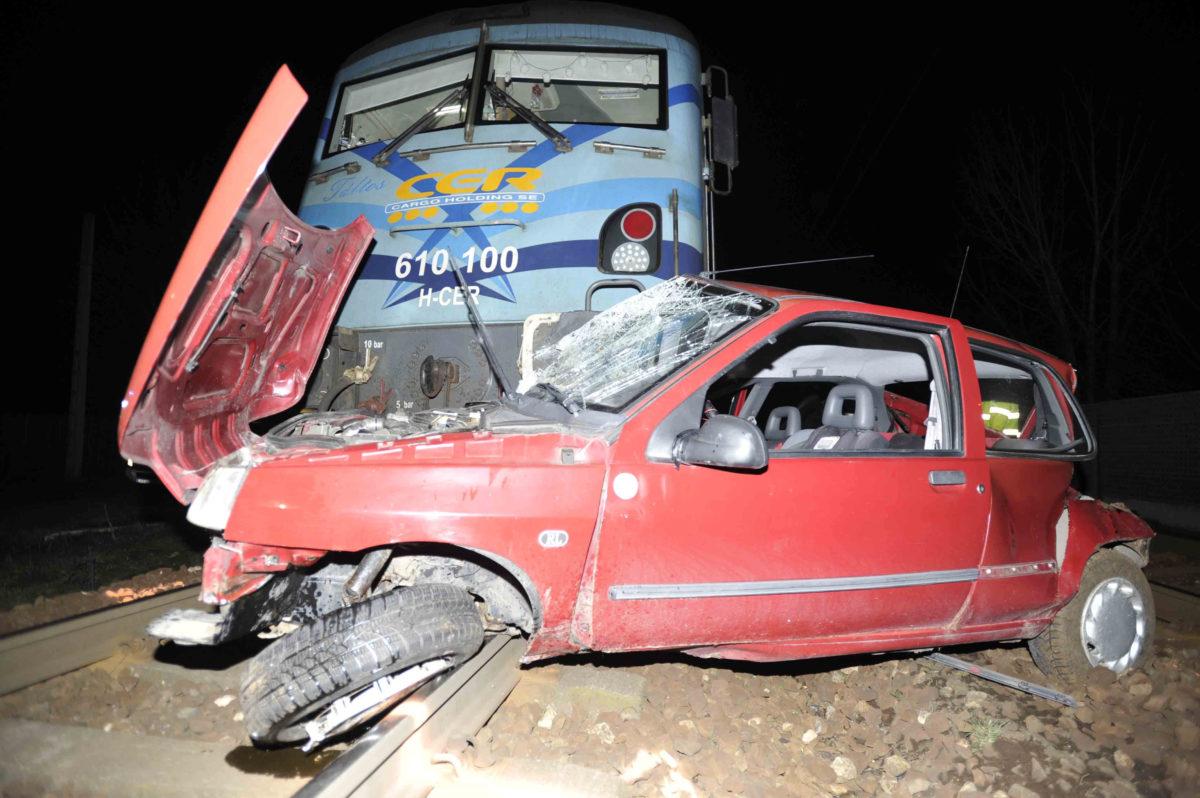 Összetört személygépkocsi, miután tehervonattal ütközött Vecsés és Üllő között egy vasúti átjáróban 2020. február 11-én. Az üresen álló autónak a másik vágányon szembejövő, Ceglédről a Nyugati pályaudvarra tartó személyvonat is nekirohant. A balesetben senki nem sérült meg.