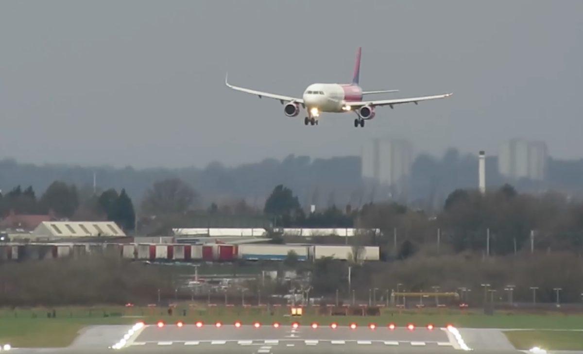 Rémisztő videón, ahogy a Wizz Air gépe landolni próbál a szélviharban