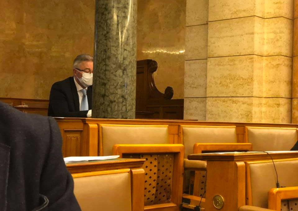 Miközben a magyar kormány azzal hülyít, hogy ne viselj maszkot, máshol kötelezővé teszik